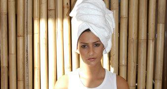 junge Frau mit Handtuchturban am Kopf