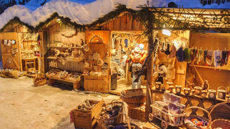 Huetten-mit-Handarbeiten-am-Christkindlmarkt
