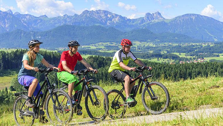 Drei Mountainbiker in den Tiroler Bergen