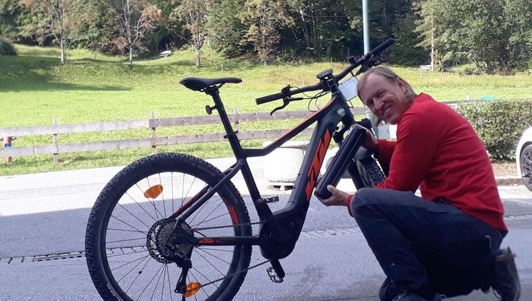 E-Bike Verleih: Hausmeister Werner wartet unsere KTM E-Bikes täglich