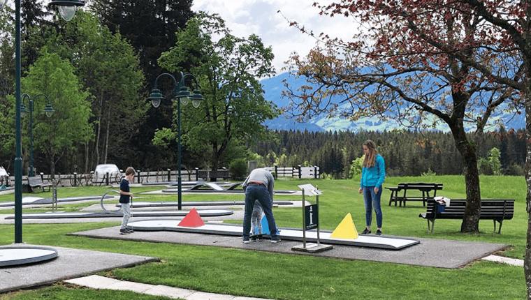 Minigolf, Spielplatz & Kiosk nahe Innsbruck: So halten Sie Ihre Kinder trotz Einschränkungen bei Laune!