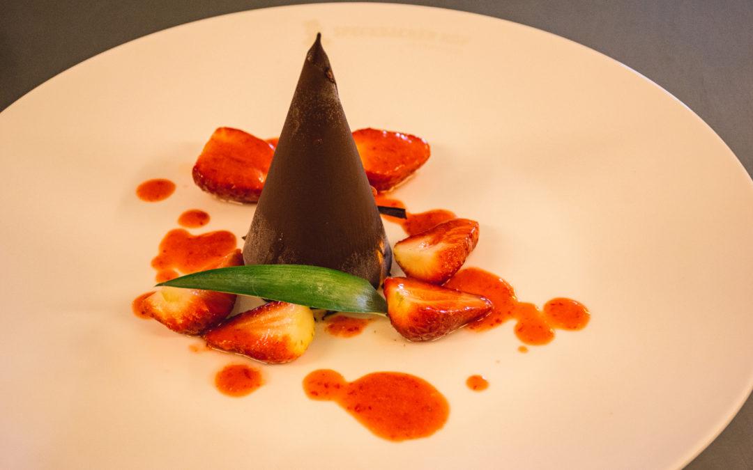 Rezept für einen Schokoladenspitz mit Grand Marniert Parfait und marinierten Erdbeeren